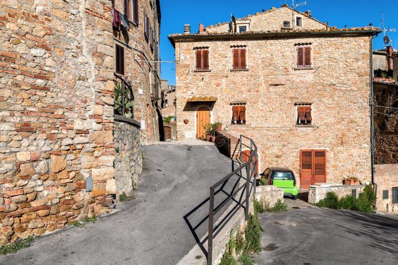 Piccole vie strette strette affascinanti della città di Volterra fotografie stock libere da diritti