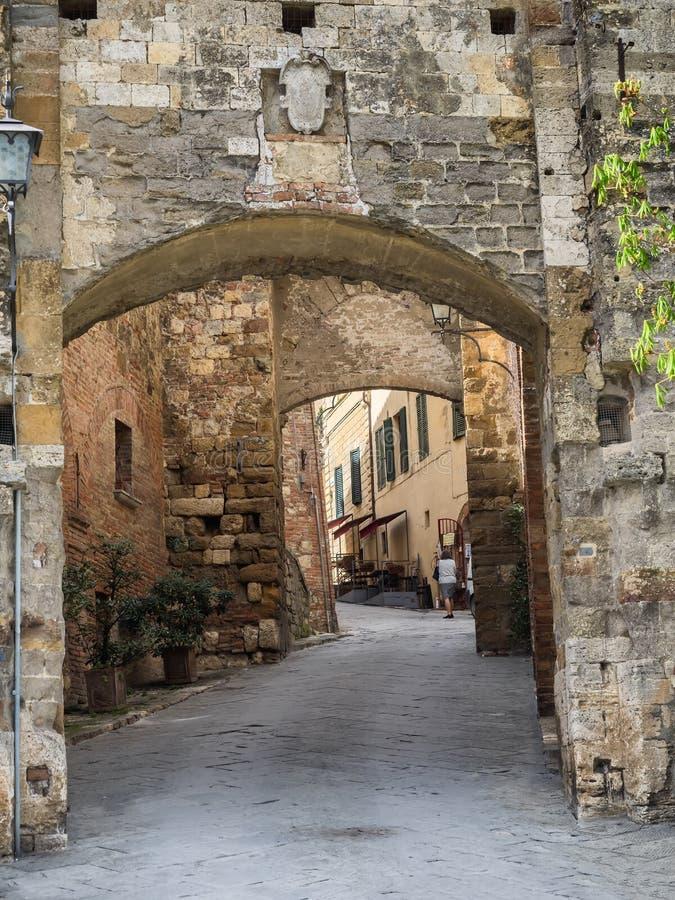 Piccole vie strette nella città del vino di Montepulciano in Toscana, I fotografia stock