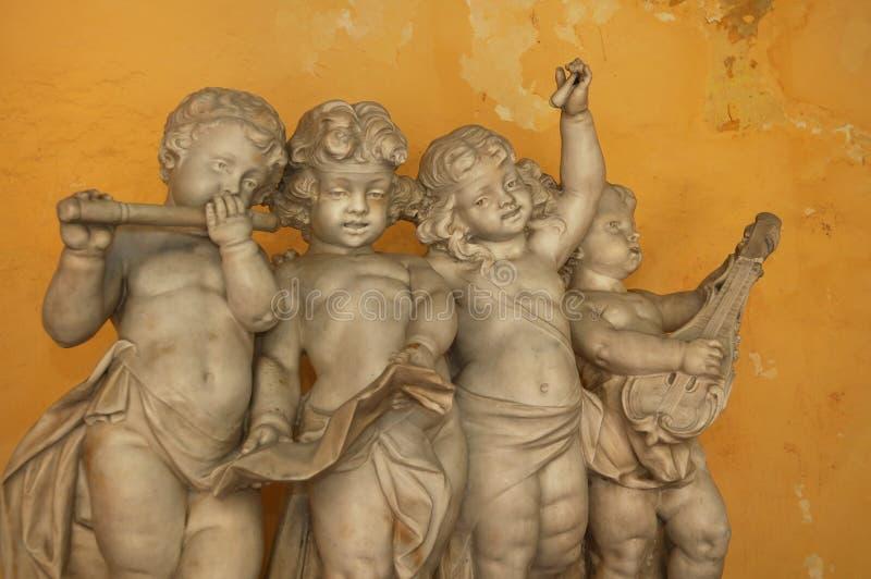 Piccoli angeli che giocano musica fotografia stock