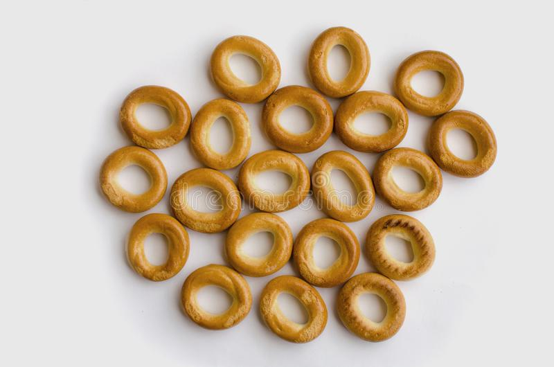 Piccoli bagel deliziosi e freschi su fondo bianco fotografia stock