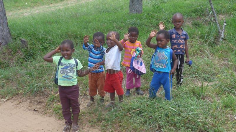 Piccoli bambini africani sul bordo della strada immagini stock libere da diritti