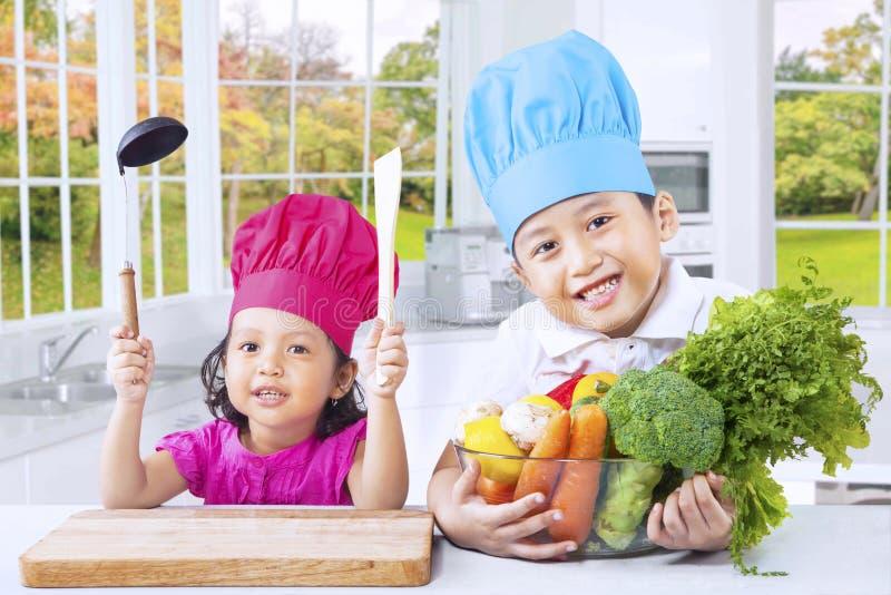 Piccoli bambini che cucinano alimento sano fotografie stock libere da diritti