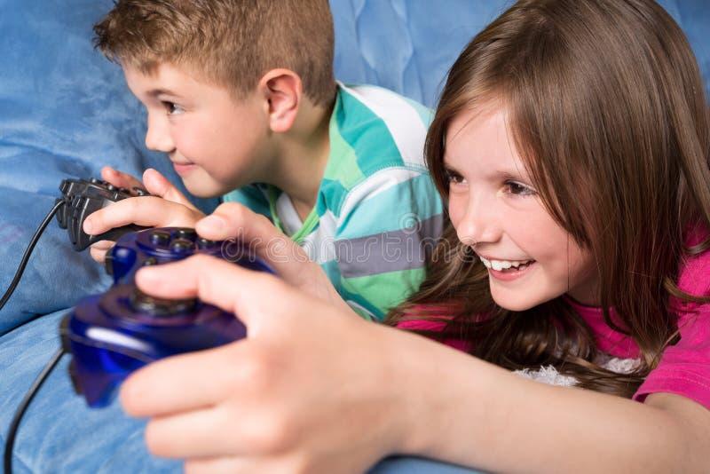 Piccoli bambini che giocano i video giochi immagine stock libera da diritti