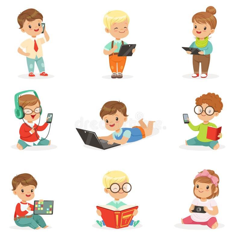 Piccoli bambini facendo uso degli aggeggi e dei libri di lettura moderni, infanzia ed insieme di tecnologia delle illustrazioni s illustrazione di stock
