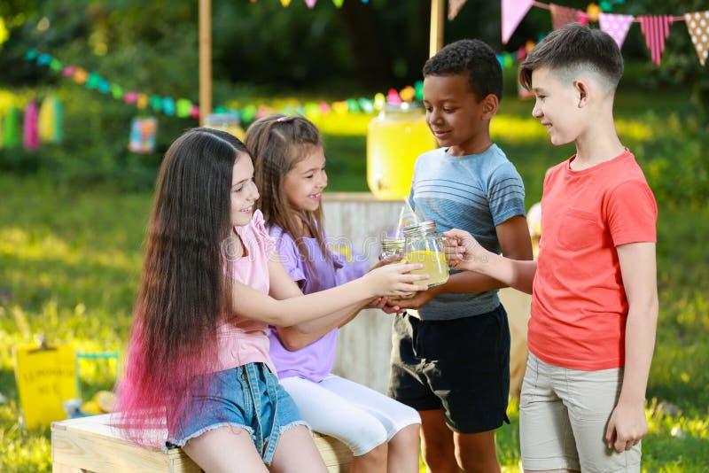 Piccoli bambini svegli con limonata naturale Bevanda di rinfresco di estate immagine stock libera da diritti