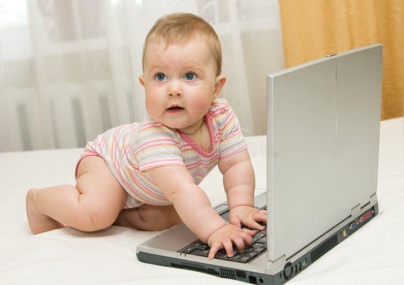 Piccoli bambino e computer portatile sulla base nel paese #3 fotografia stock libera da diritti