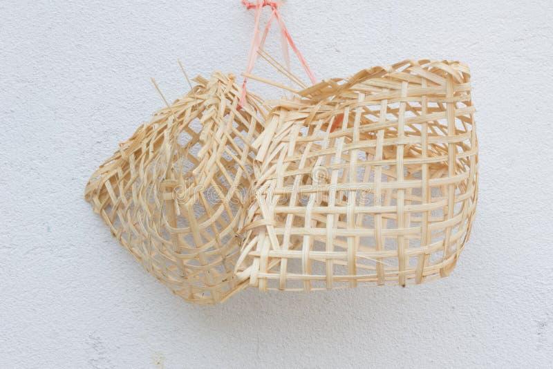 Piccoli birdcages di legno sulla parete bianca fotografia stock libera da diritti