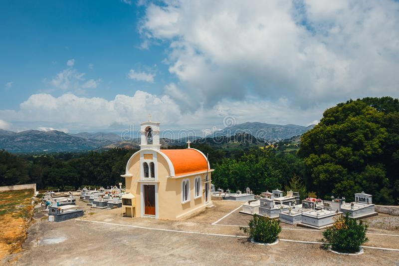 Piccoli cappella e cimitero sul plateau di Lasithi fotografia stock