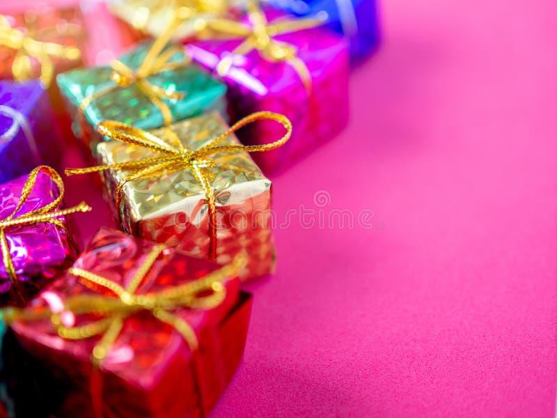 Piccoli contenitori di regalo variopinti immagini stock