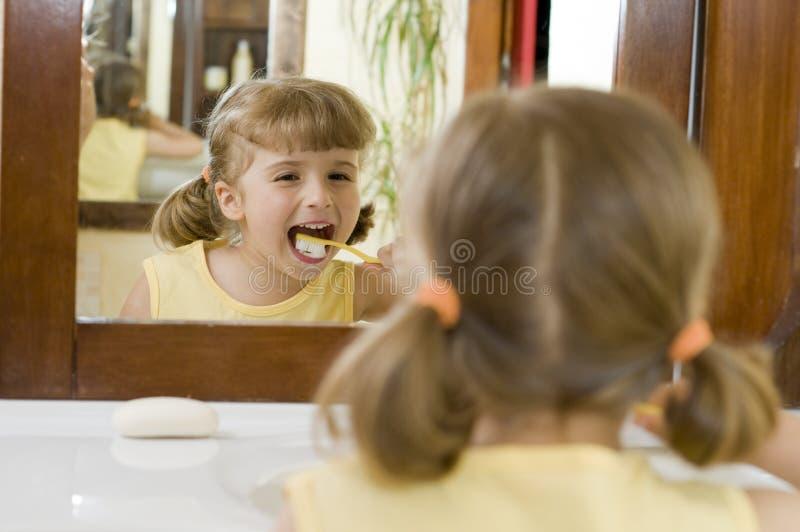 piccoli denti di spazzolatura della ragazza immagine stock libera da diritti