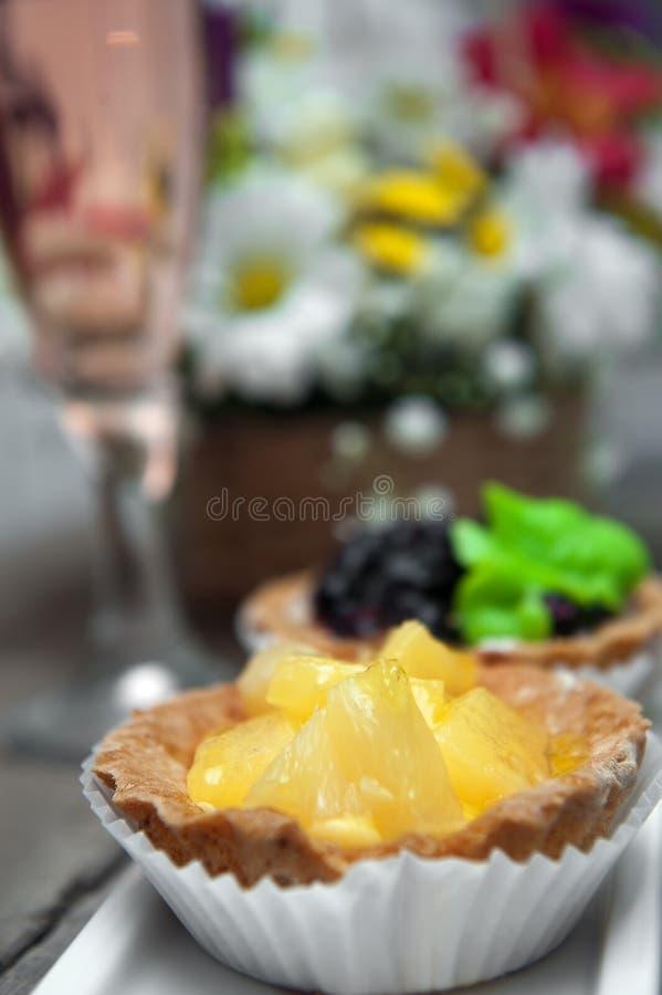Piccoli dolci con l'ananas sul piatto bianco fotografia stock libera da diritti