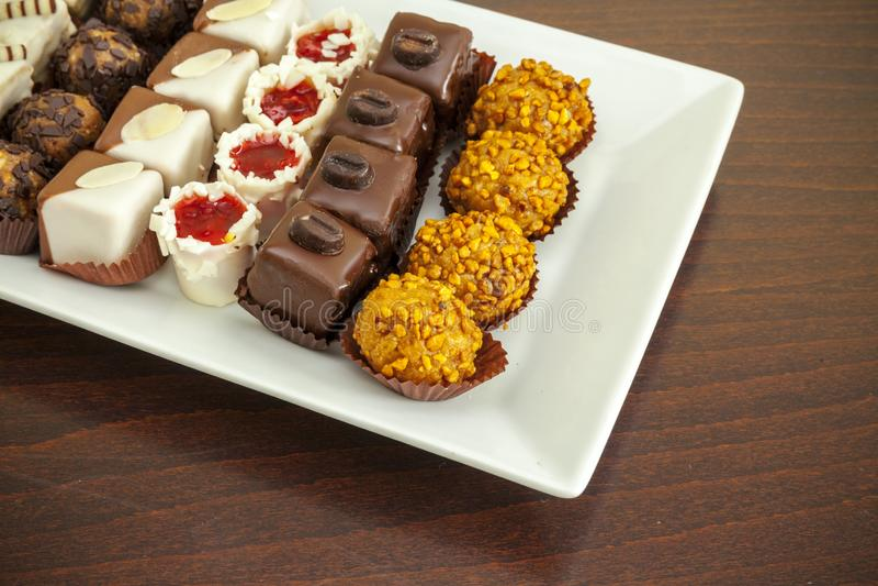 Piccoli dolci sul piatto immagini stock