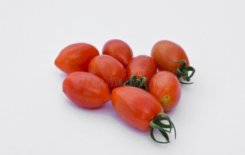 piccoli e pomodori rossi saporiti dai raccolti organici immagini stock libere da diritti