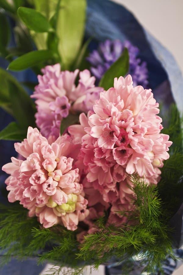 Piccoli fiori rosa lanuginosi vicini fotografia stock