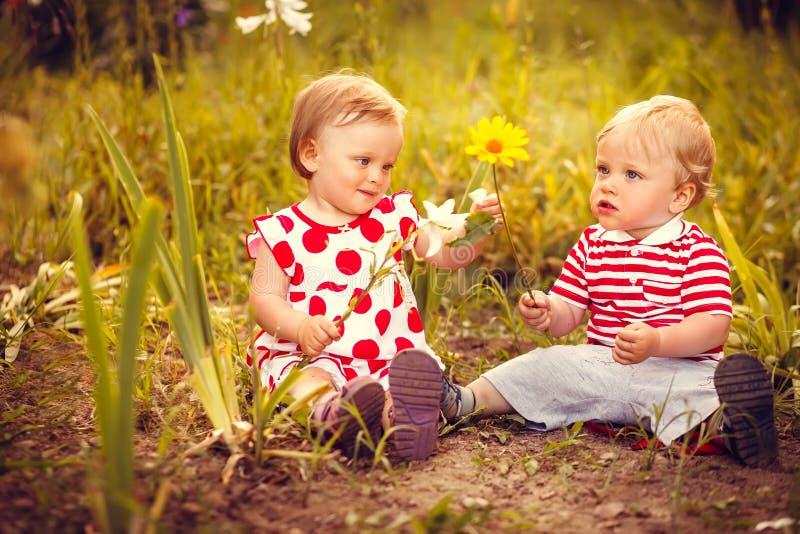 Piccoli gemelli divertenti fotografia stock libera da diritti
