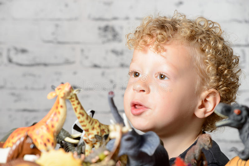 Piccoli giochi da bambini con i giocattoli immagini stock libere da diritti