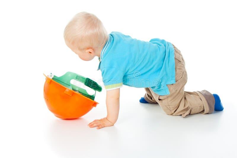 Piccoli giochi da bambini con un casco fotografia stock