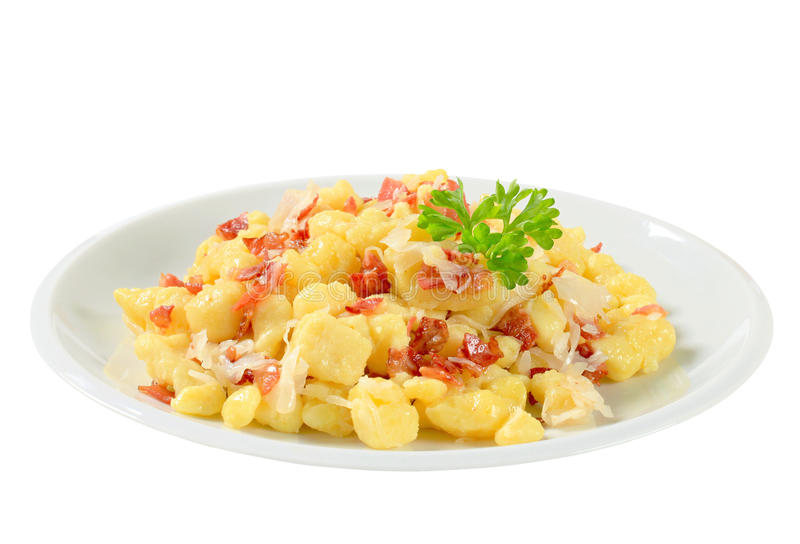 Piccoli gnocchi della patata con bacon e cavolo fotografia stock libera da diritti