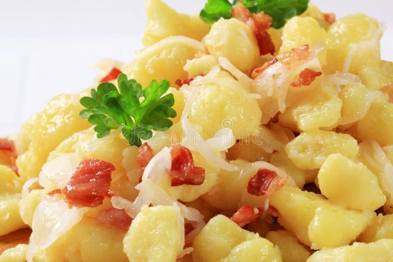Piccoli gnocchi della patata (halushky) con bacon e cavolo fotografie stock libere da diritti