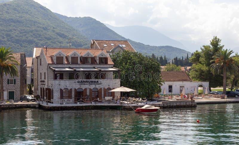 Piccoli hotel e ristorante accoglienti dal mare un giorno di estate soleggiato immagine stock