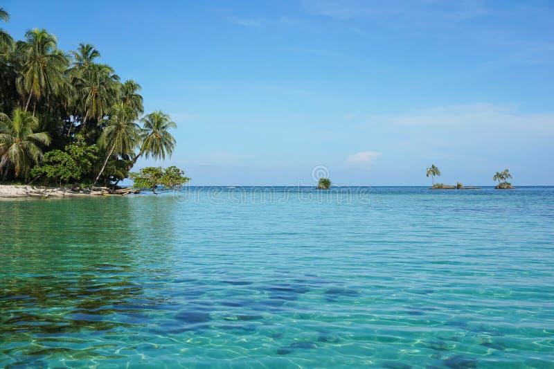 Piccoli isolotti vicino all'isola tropicale nel Panama fotografie stock libere da diritti