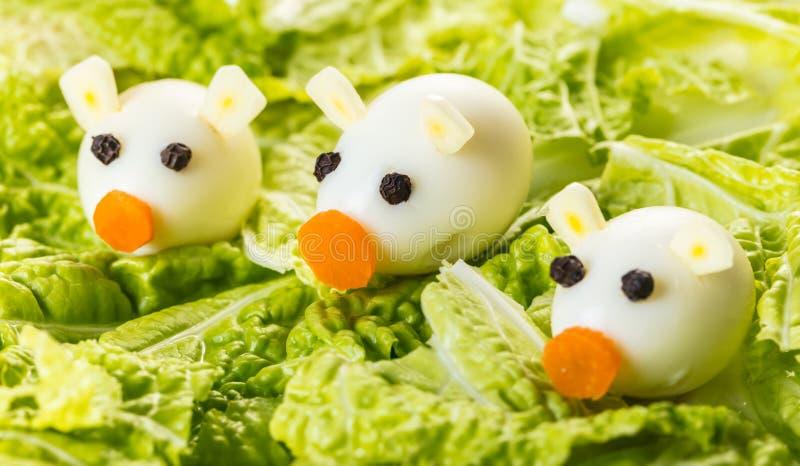 Piccoli maiali delle uova di quaglia con lattuga fotografia stock libera da diritti