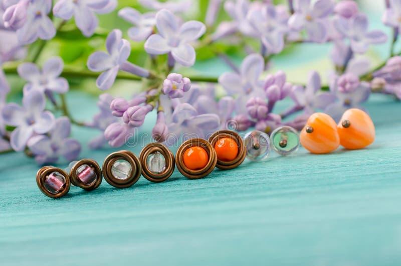 Piccoli orecchini del perno Filo di rame fatto a mano e gioielli delle perle fotografie stock libere da diritti