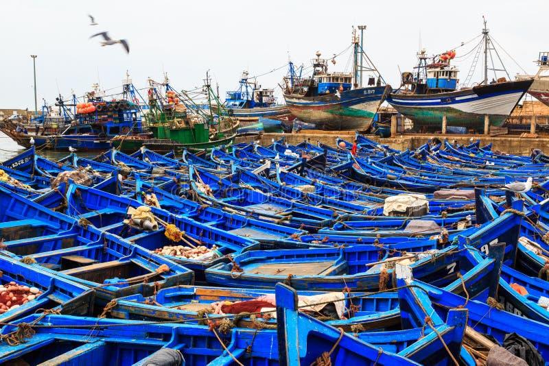 Piccoli pescherecci blu nel porto di Essaouira immagini stock libere da diritti