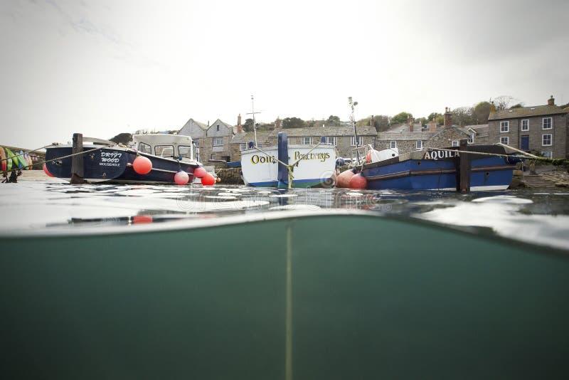 Piccoli pescherecci nel porto del Mousehole fotografia stock libera da diritti