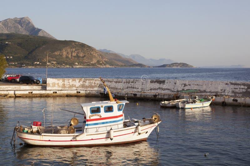 Piccoli pescherecci in porto degli aggi Nicolaos su pelopon greco immagine stock