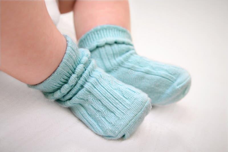 Piccoli piedi in calzini fotografia stock