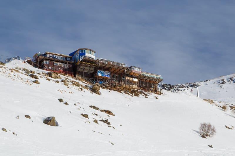 Piccoli posti di commercio e del mercato per la vendita dei ricordi vicino all'ascensore di sci ad un'altitudine di 2.270 m. sopr immagine stock