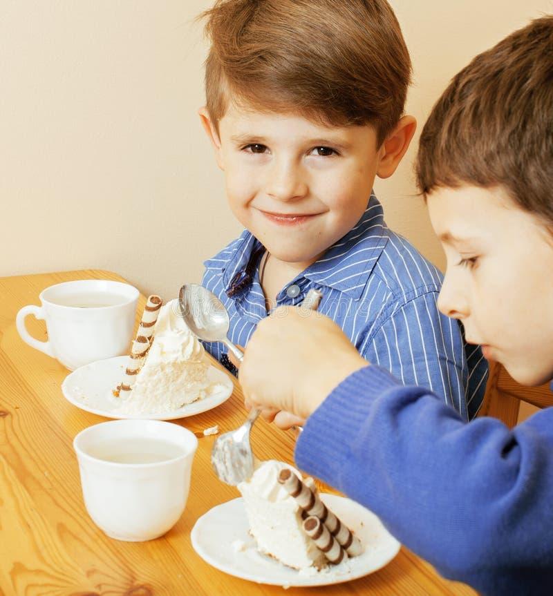 Piccoli ragazzi svegli che mangiano dessert sulla cucina for Piccoli piani di cucina