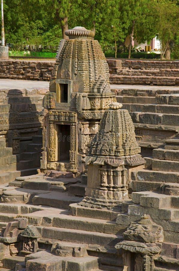 Piccoli santuari e punti per raggiungere il fondo del bacino idrico, del tempio di Sun Villaggio di Modhera del distretto di Mehs fotografia stock