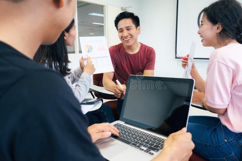 Piccoli studio e discussione del gruppo degli studenti universitari insieme immagini stock