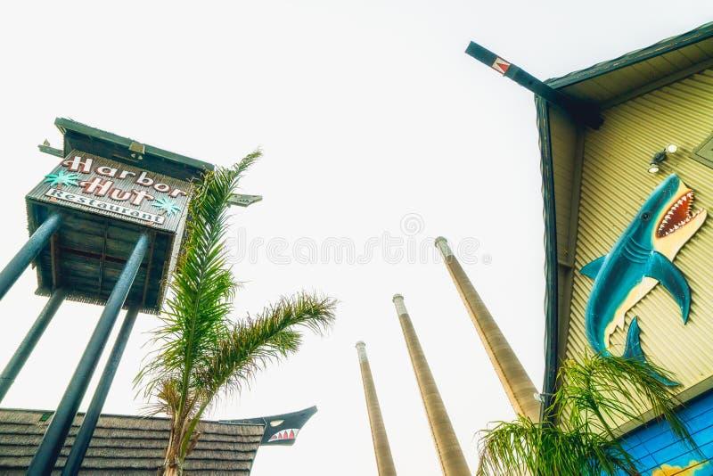 Piccoli tetto del ristorante della spiaggia e centrale elettrica accoglienti tre sulla baia di Morro, California immagine stock libera da diritti