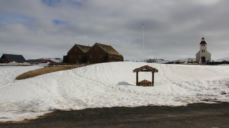 Piccoli villaggio e chiesa calmi nell'inverno fotografia stock libera da diritti