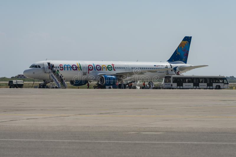 Piccolo aereo di Airbus del pianeta a Rodi immagine stock