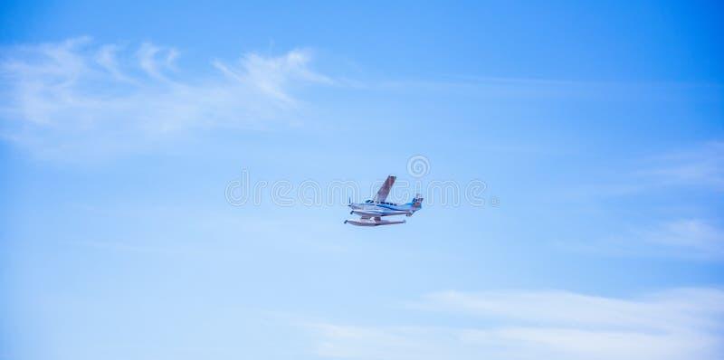 Piccolo aereo nell'aria immagini stock