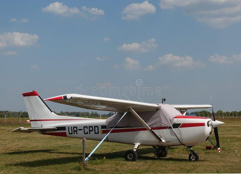 Piccolo aereo sull'aerodromo immagini stock libere da diritti
