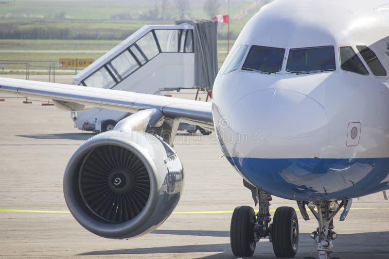 Piccolo aeroplano che aspetta per decollare fotografie stock libere da diritti