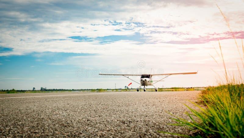 Piccolo aeroplano che viene su una pista di rullaggio di mattina Vita luminosa Crescita elevata e concetto ad alto rischio di aff immagini stock libere da diritti