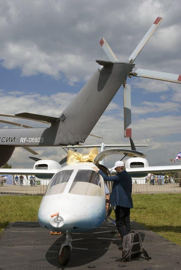 Piccolo aeroplano decorato dal arco-nodo dorato al salone aerospaziale internazionale MAKS-2017 di MAKS fotografie stock