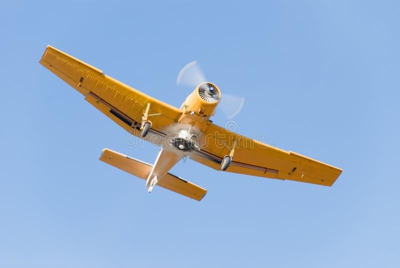 Piccolo aeroplano giallo dello spolveratore immagini stock libere da diritti