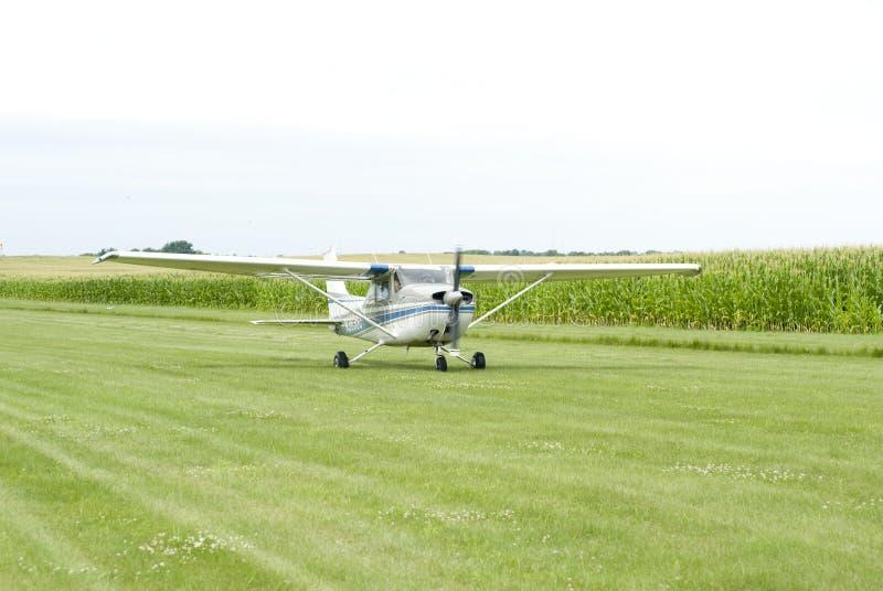Piccolo aeroplano sul campo fotografia stock