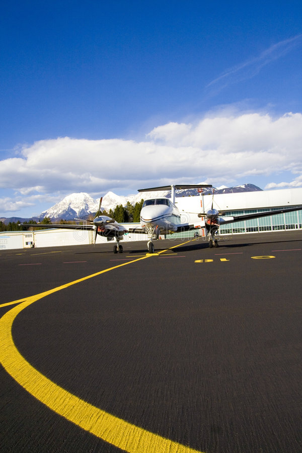 Piccolo aeroplano sulla pista immagine stock libera da diritti