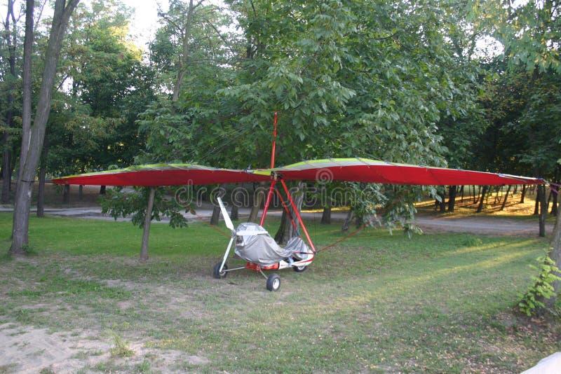 Piccolo aeroplano sulla terra fotografia stock
