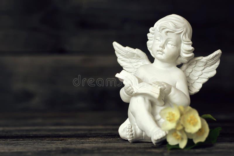Piccolo angelo custode che legge un libro immagini stock libere da diritti