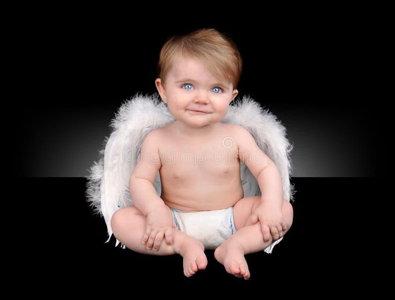 Piccolo angelo felice del bambino con le ali immagine stock