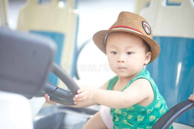 Download Piccolo autista di autobus immagine stock. Immagine di cute - 56877357